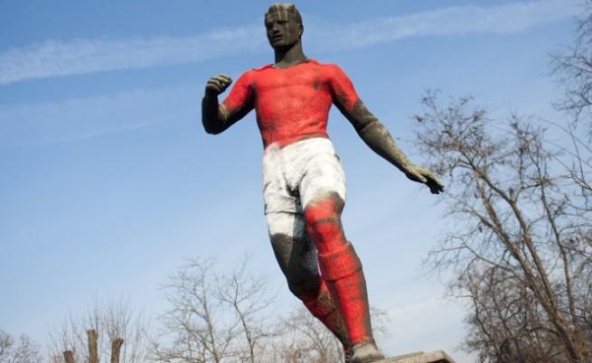 Боядисаха футболиста пред Националния стадион