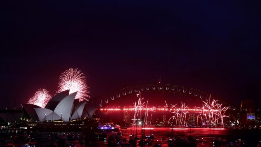 Фойерверки озаряват небето над операта в Сидни