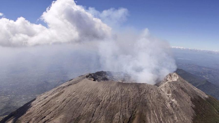 В Салвадор продължава евакуацията заради изригнал вулкан