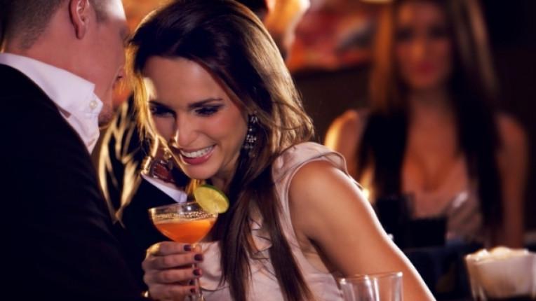 мъж жена коктейл бар среща флирт