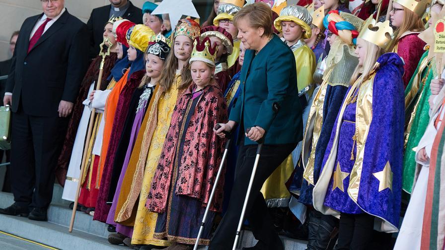 Ангела Меркел се появи с патерици след ски злополуката