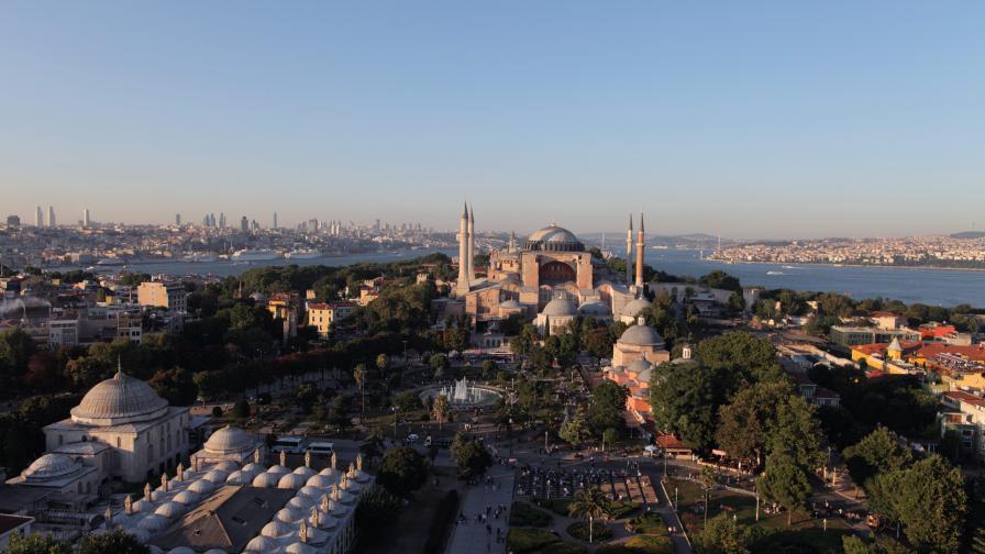 Полицията иззе три бомби при антитерористични операции в Истанбул
