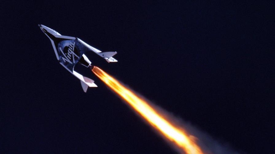 """Кадър от първия полет на """"Върджин галактик спейсшип ту"""" през април 2013 г."""